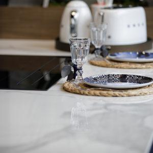 Zoom plan de travail cuisine marbre et vaisselle