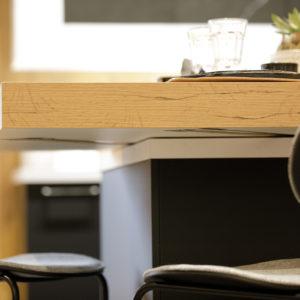 Plan de travail amovible pour former une table haute en position ouvert