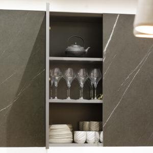 Façade aspect marbre minimaliste sans poignées