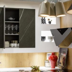 Cuisine en bois et marbre exposée à la boutique MJ Concept