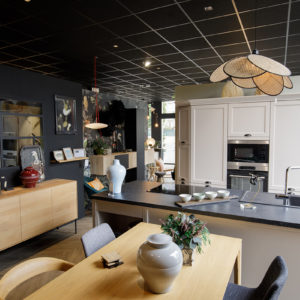 Intérieur du magasin MJ Concept avec exposition exemple salon et cuisine ouverte