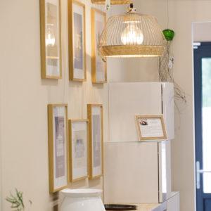 Mur de cadre et luminaires au magasin MJ Concept