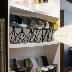 Exposition de chaises au magasin MJ Concept