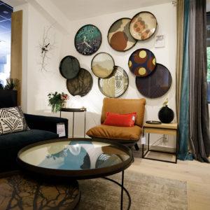 Espace salon avec mur décoré