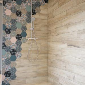 Salle de bain mixant bois et mosaïque de carreaux de ciment