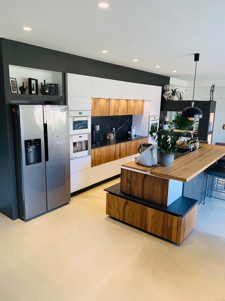 Cuisine moderne et conviviale en bois et en marbre